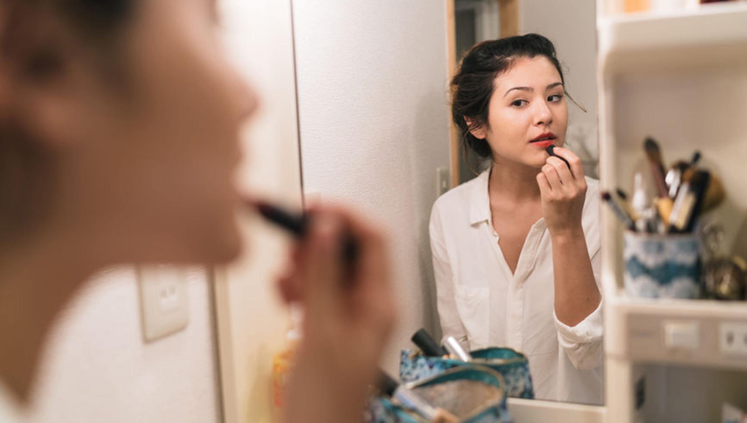 Résultat d'image pour femme faisant du maquillage