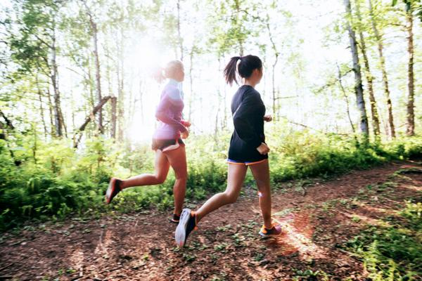two-women-trail-running